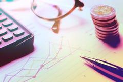 Utrustning för summarisk rapport och affärspå skrivbordkontor Royaltyfria Foton