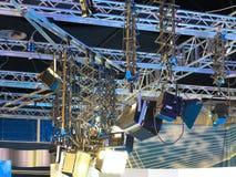 Utrustning för televisionstudioljus, strålkastarebråckband, kablar, mic Fotografering för Bildbyråer