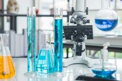 Utrustning f?r glasf?rem?l f?r vetenskapslaboratorium olik fotografering för bildbyråer