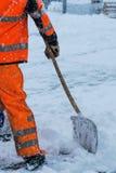 Utrustning från arbetare som sopar snö Royaltyfri Bild