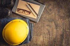 Utrustning fungerar på bästa sikt för gammalt trägolv Fotografering för Bildbyråer