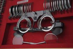 Utrustning i ett optomitristskontor som analyserar ?gon inklusive en phoropter fotografering för bildbyråer