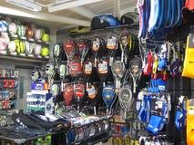 Utrustning i ett sportlager. royaltyfri bild