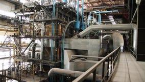 Utrustning, kablar och leda i rör som funnit inom av den industriella kraftverket plats Inom en enorm växt för gasbransch stock video