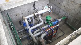 Utrustning, kablar och leda i rör som funnit inom av en industriell kraftverk arkivfilmer