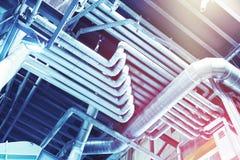 Utrustning, kablar och leda i rör som funnit inom av industriell powe arkivbild