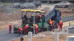 Utrustning och lastbil för asfalt spridd Vägpaversfolk stock video