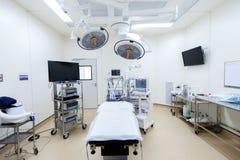 Utrustning och medicinska apparater i modernt fungeringsrum Arkivbild