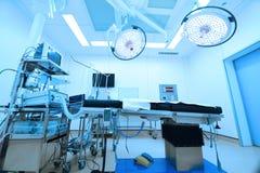 Utrustning och medicinska apparater i modernt fungeringsrum arkivfoto
