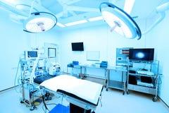 Utrustning och medicinska apparater i modernt fungeringsrum royaltyfria foton