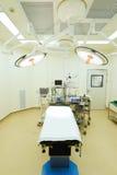 Utrustning och medicinska apparater i modernt fungeringsrum Fotografering för Bildbyråer