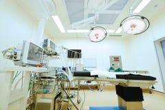 Utrustning och medicinska apparater i modernt fungeringsrum Arkivbilder