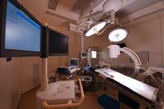 Utrustning och medicinska apparater i modernt fungeringsrum Royaltyfria Bilder