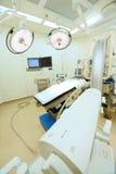 Utrustning och medicinska apparater i modernt fungeringsrum Arkivfoton