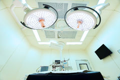 Utrustning och medicinska apparater i modernt fungeringsrum Royaltyfri Bild