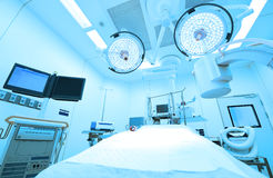 Utrustning och medicinska apparater i modernt fungeringsrum tar med konstbelysning och slösar filtret Arkivfoton
