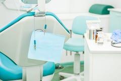 Utrustning och tand- instrument i kontor för tandläkare` s Bearbetar närbild dentistry Tand- begreppsbakgrund Selektivt fokusera  Fotografering för Bildbyråer
