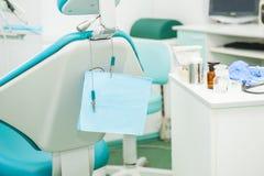 Utrustning och tand- instrument i kontor för tandläkare` s Bearbetar närbild dentistry Tand- begreppsbakgrund Selektivt fokusera  Royaltyfria Foton