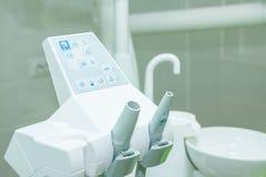 Utrustning och tand- instrument i kontor för tandläkare` s modern hjälpmedelnärbild dentistry Olika tand- instrument och Royaltyfri Foto