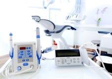 Utrustning och tand- instrument i tandläkares kontor dentistry arkivfoto