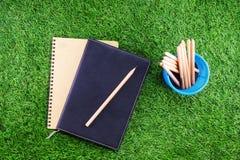 Utrustning och tillförsel för arbete på gräsbakgrund Royaltyfri Fotografi