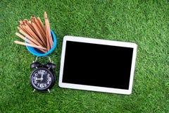 Utrustning och tillförsel för arbete på gräsbakgrund Royaltyfri Foto