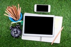 Utrustning och tillförsel för arbete på gräsbakgrund Royaltyfria Foton