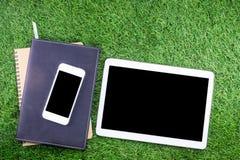 Utrustning och tillförsel för arbete på gräsbakgrund Fotografering för Bildbyråer