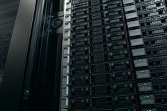 Utrustning på hyllorna är datorhallen Serverdatummitt arkivbild