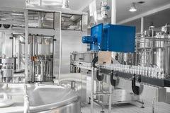 Utrustning på mjölkar fabriken arkivfoton