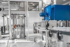 Utrustning på mjölkar fabriken arkivbilder