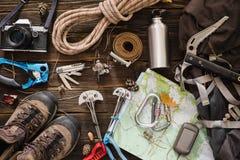 Utrustning som är nödvändig för att klättra i berg och att fotvandra Arkivfoton
