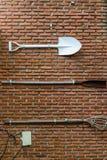 Utrustning som fästas till en tegelstenvägg Arkivbilder