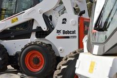 Utrustningmedel och logo f?r Bobcat tungt arkivfoton
