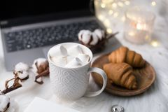 Utrymme för arbete för hemtrevliga vinterbloggers vitt med bärbara datorn, kaffe med M arkivfoton