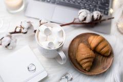 Utrymme för arbete för hemtrevliga vinterbloggers vitt med bärbara datorn, kaffe med M royaltyfria foton
