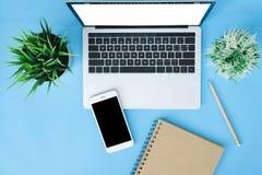 Utrymme för arbete för kontorsskrivbord - plant lekmanna- modellfoto för bästa sikt av funktionsdugligt utrymme med bärbara dator royaltyfri fotografi