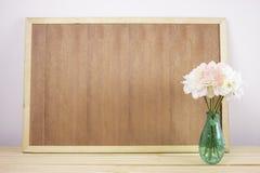 Utrymme för kopia för träbräderam tom och blommavas med vin Arkivfoton