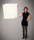 Utrymme för pappers- kopia för origami för ung kvinna hållande vitt Arkivbild