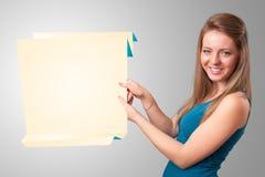 Utrymme för pappers- kopia för origami för ung kvinna hållande vitt Royaltyfri Fotografi