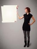 Utrymme för pappers- kopia för origami för ung kvinna hållande vitt Arkivfoton