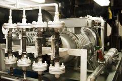 Utrymme för tungt maskineri - rör, ventiler, motorer royaltyfria bilder