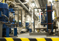 Utrymme för tungt maskineri - rör, ventiler, motorer royaltyfri foto
