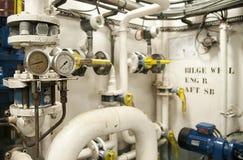 Utrymme för tungt maskineri - rör, ventiler, motorer royaltyfri bild