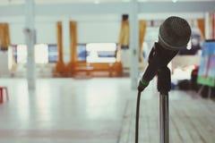 Utrymme i mötesrummet där är en svart mikrofon för att tala på mötet arkivbild