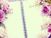 Utrymmeanteckningsbokbakgrund med buketten av blommatappning filtrerar Royaltyfri Bild