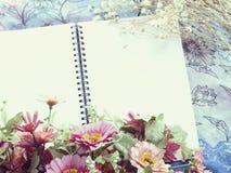 Utrymmeanteckningsbokbakgrund med buketten av blommatappning filtrerar Arkivfoton