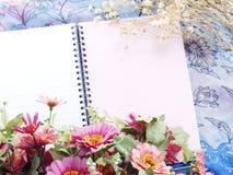 Utrymmeanteckningsbokbakgrund med buketten av blommatappning filtrerar Royaltyfri Fotografi