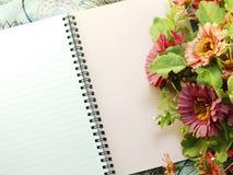 Utrymmeanteckningsbokbakgrund med buketten av blommatappning filtrerar Royaltyfria Foton