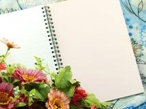 Utrymmeanteckningsbokbakgrund med buketten av blommatappning filtrerar Arkivfoto